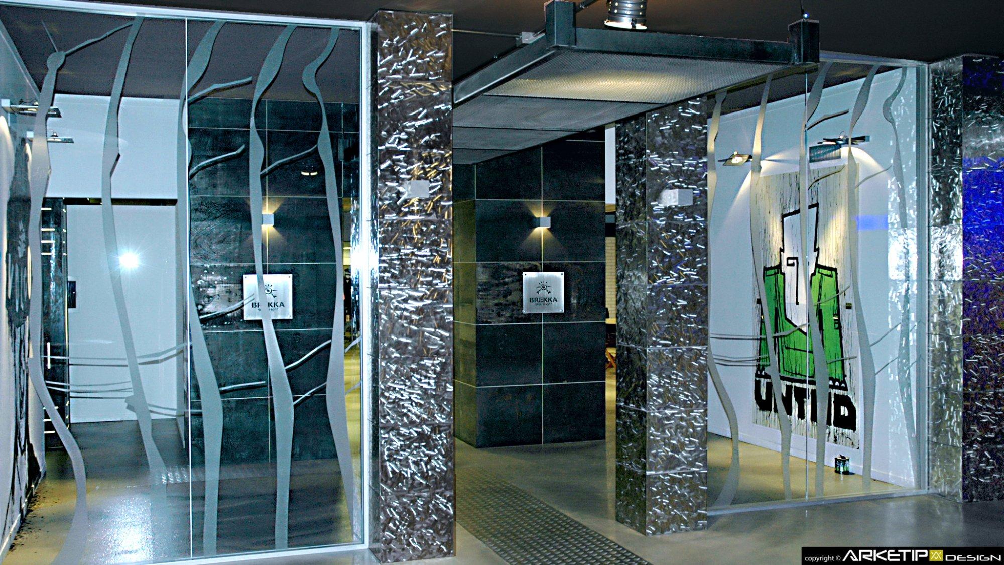 Arredamento negozio abbigliamento brekka milano for Arredamento negozi milano